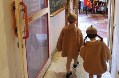 やながせ倉庫の入口と子供