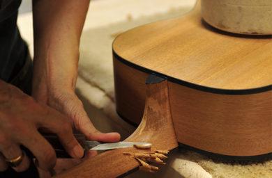 ヤイリギターの職人作業風景