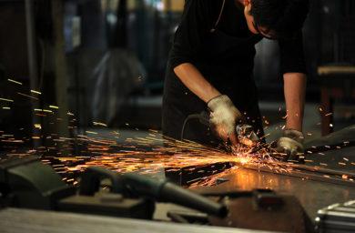 杉山製作所の職人が鉄を削る