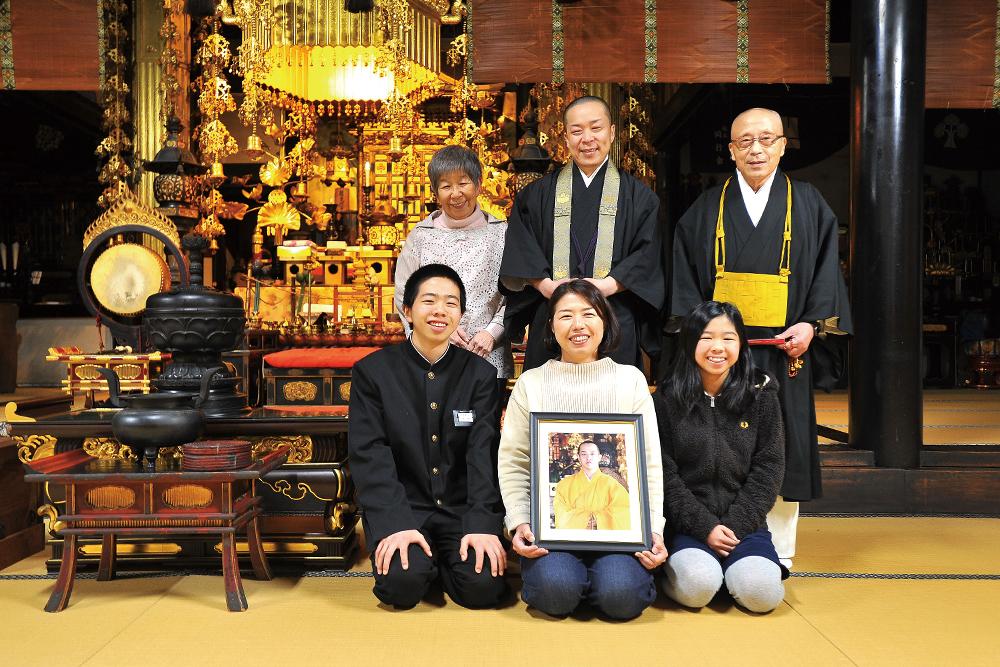 松枝秀晃さんを囲む家族