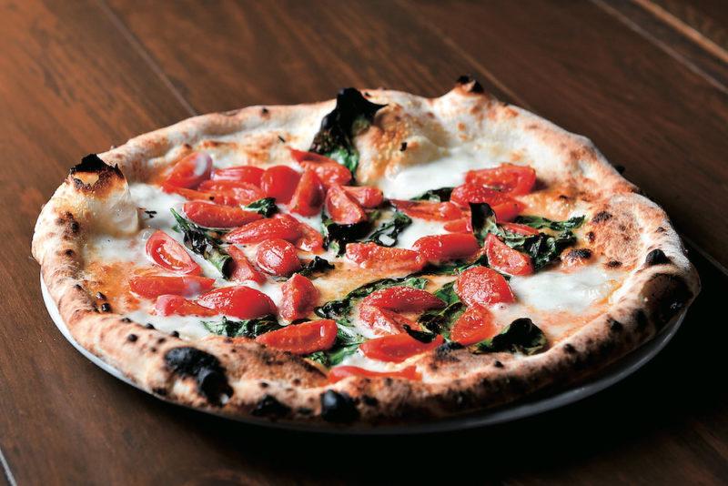 水牛のモッツァレラチーズとチェリートマトとバジルのピッツァ