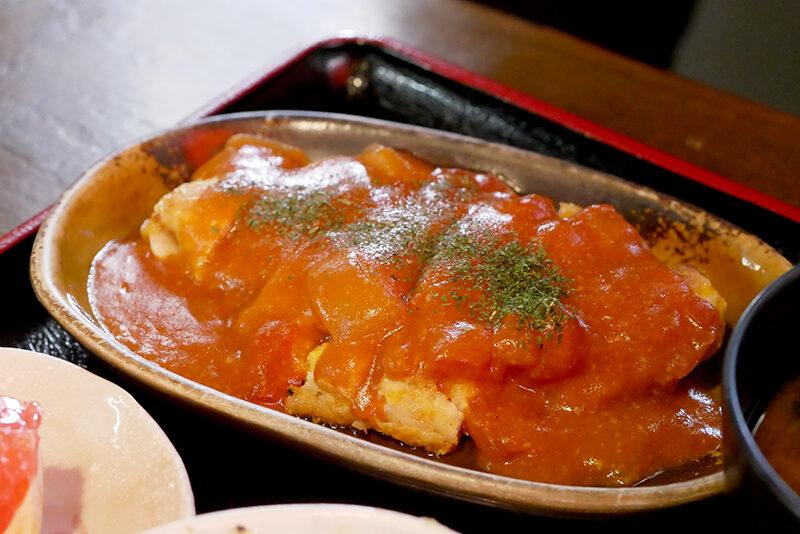 チキンピカタのマカオ風トマトソース